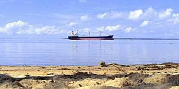 Fazendinha-AP-Navio transportador de cavaco ancorado na praia-Foto:Marcondes Pereira