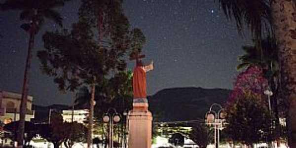Congonhal-MG-Vista noturna da Praça Com.Ferreira de Matos-Foto:Facebook