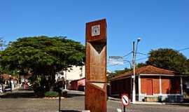 Crucilândia - Crucilândia-MG-Monumento na rotatória de entrada-Foto:Renato Vinicius
