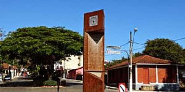 Crucilândia-MG-Monumento na rotatória de entrada-Foto:Renato Vinicius