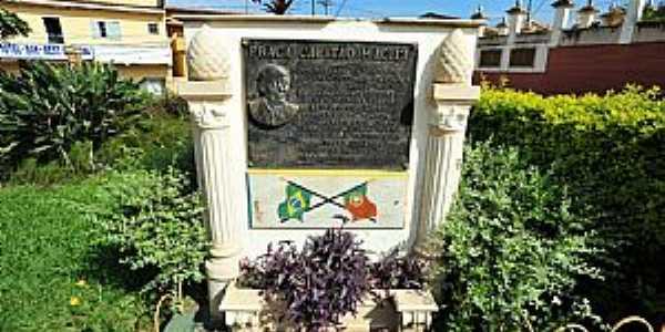 Cruzília-MG-Memorial na Praça Capitão Maciel-Foto:sgtrangel
