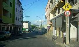 Divin�polis - Avenida Bom Sucesso em Divin�polis-MG-Foto:Lucas Conrado