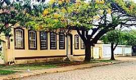 Dores do Indaiá - Dores do Indaiá-MG-Patrimônio Histórico em frente a Praça Alexandre Lacerda Filho-Foto:Dione Fernandes-Facebook