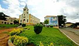 Eugen�polis - Jardins em frente � Igreja de S�o Sebasti�o-Foto:sgtrangel [Panoramio]