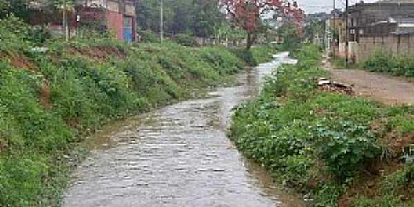 Floresta-MG-Ribeirão no Bairro-Foto:pt.wikipedia.org