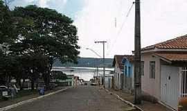 Guapé - Guapé-MG-Rua da cidade e ao fundo o Lago de Furnas-Foto:guapeturismo.
