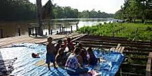 Crianças brincando com arte na Comunidade de São Tomé-AP-Foto:barcadasletras.