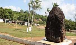 Serra do Navio - Serra do Navio-AP-Pedra no centro da cidade-Foto:Bruna Did�rio