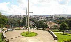 Ibiá - Cruzeiro da Capela de São Dimas e a cidade de Ibiá-MG-Foto:vitorhugoreis