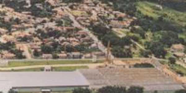 Vista aérea um pouco antiga, embaixo a fábrica que deu origem à cidade., Por Castro CMF
