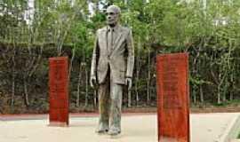 Itabira - Estátua de Carlos Drumond de Andrade na Praça do Areião em Itabira-MG-Foto:Roberta Soriano