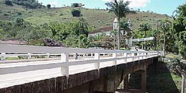 Itambé do Mato Dentro-MG-Ponte que liga a cidade à Igreja-Foto:asminasgerais.com.br