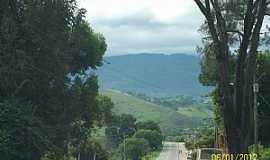 Itamonte - Itamonte-MG-Chegando na cidade ao fundo a Serra da Mantiqueira-Foto:Josue Marinho