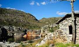 Lapinha - Lapinha-MG-Casa de pedra ao lado da cachoeira-Foto:Leandro Durães