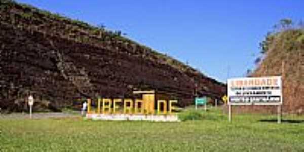 Liberdade-MG-Trevo de acesso-Foto:Halley Pacheco de Oliveira