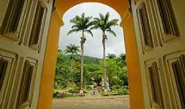 Manhuaçu - Manhuaçu-MG-Arcos da Igreja e Palmeiras Imperiais-Foto:sgtrangel