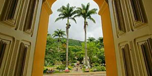 Manhuaçu-MG-Arcos da Igreja e Palmeiras Imperiais-Foto:sgtrangel