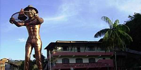 Manhuaçu-MG-Monumento ao Cafeicultor na entrada da cidade-Foto:Leandro Durães