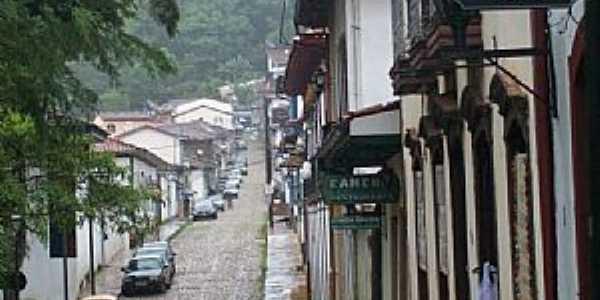 Mariana-MG-Rua Barão de Camargos com Igreja de São Pedro dos Clérigos ao alto-Foto:Josue Marinho