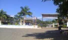 Naque - Pra�a da Igreja Cat�lica Santo Antonio em Naque, Por Samara Paula