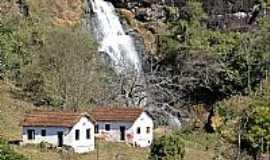 Natércia - Natércia-MG-Casas e ao fundo a Cachoeira-Foto:paroquia.org.br
