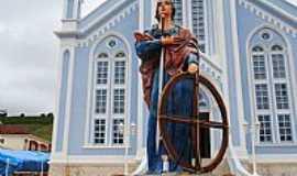 Natércia - Natércia-MG-Imagem de Santa Catarina em frente à Matriz-Foto:Gláucio Almeida