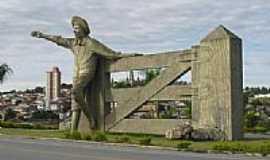 Ouro Fino - Estátua do Menino da Porteira em Ouro Fino-Foto:sorocaba
