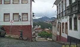 Ouro Preto - Ouro Preto-MG-Casarões no centro e ao fundo o Pico do Itacolomi-Foto:Josue Marinho