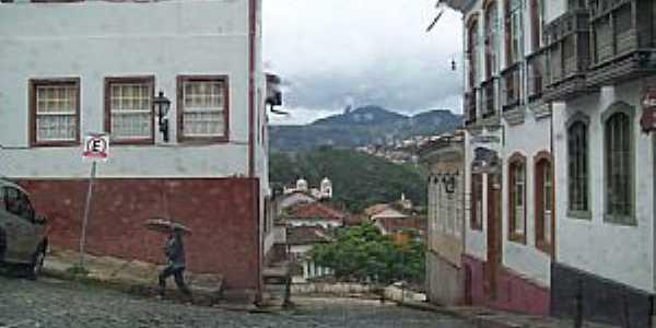 Ouro Preto-MG-Casarões no centro e ao fundo o Pico do Itacolomi-Foto:Josue Marinho