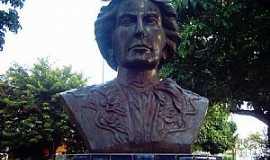 Amélia Rodrigues - Amélia Rodrigues-BA-Busto de Amélia Rodrigues na praça-Foto:Otavio Cardoso