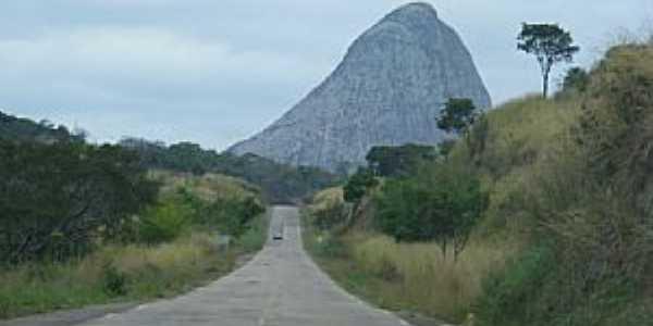 Pedra Azul-MG-A Pedra Azul vista da estrada-Foto:Carlos Meireles
