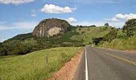 Pedra Dourada - Rodovia e vista da pedra em Pedra Dourada-Foto:rumoaonoroeste.