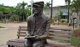 Pedro Leopoldo - Pedro Leopoldo-MG-Estátua de Chico Xavier na praça da Prefeitura-Foto:Transite - UFMG