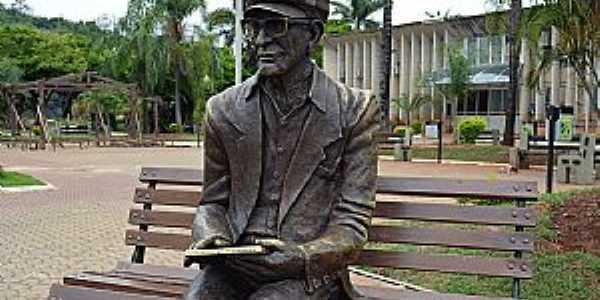 Pedro Leopoldo-MG-Estátua de Chico Xavier na praça da Prefeitura-Foto:Transite - UFMG