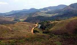 Pequeri - Pequeri-MG-Estradinha e riacho entre montanhas-Foto:Jorge A. Ferreira Jr.