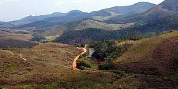 Pequeri-MG-Estradinha e riacho entre montanhas-Foto:Jorge A. Ferreira Jr.