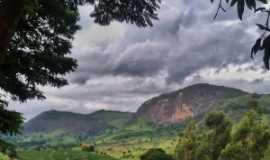 Ponte Alta de Minas - Pedra do Beija-Flor dia nublado- Sabrina Camilo, Por Sabrina Camilo