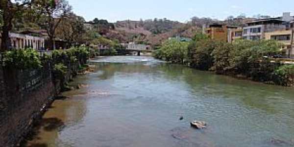 Ponte Nova-MG-Rio Pitangas e a cidade-Foto:GELASBRFOTOGRAFIAS