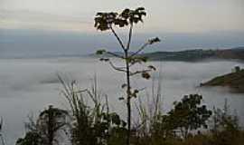 Resplendor - Serra do Cascalho sob a neblina em Resplendor-MG-Foto:Tedd Santana
