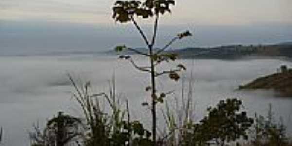 Serra do Cascalho sob a neblina em Resplendor-MG-Foto:Tedd Santana