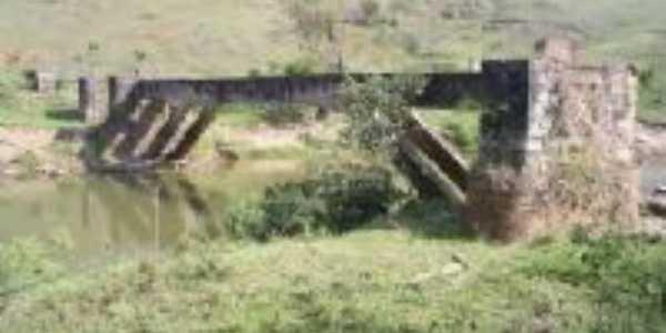 Estrutura, em ru�nas, da ponte sobre o rio Do Carmo, no munic�pio de Rio Doce MG, Por Gustavo Amaral Mello