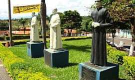 Romaria - Romaria-MG-Estátuas dos Padres da cidade-Foto:Eldo Brasil