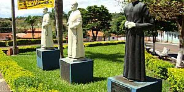 Romaria-MG-Estátuas dos Padres da cidade-Foto:Eldo Brasil