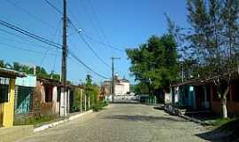 Aratuípe - Aratuípe-BA-Rua no centro e ao fundo a Igreja-Foto:Andre L. S. Lacerda
