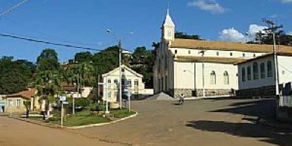 Santa Maria do Suaçuí-MG-A Matriz e o centro-Foto:jangalim