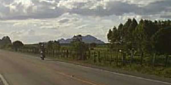 Rodovia e ao fundo a serra em Argolo-BA-Foto:jmdf