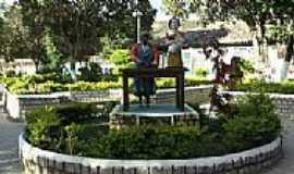 Santana do Araçuaí - Estátua de Isabel Mendes, maior artesã de bonecas da América Latina-Foto:jobsonmurta@hotmail.…