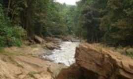 Santo Ant�nio do Manhua�u - Caminho das pedras na cachoeira do Bom Ser�., Por C�lio nascimento.