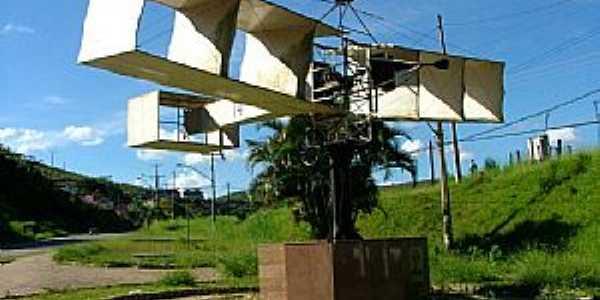 Santos Dumont-MG-Réplica do 14 Bis na entrada da cidade-Foto:Jorge A. Ferreira Jr