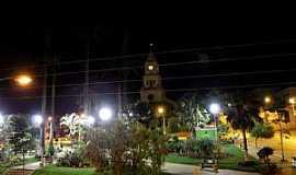 São Roque de Minas - São Roque de Minas-MG-Vista noturna da Praça e Matriz de São Roque-Foto:Silvia Schumacher